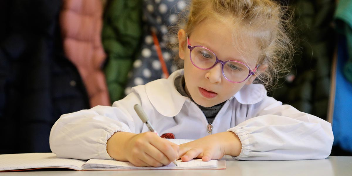 Scuola primaria Frassati - Alunna al lavoro